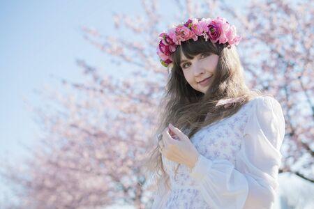 Photo pour Women looking at cherry blossoms - image libre de droit