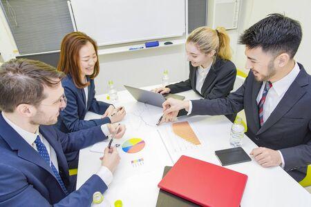 Photo pour A business person to discuss in a conference room - image libre de droit
