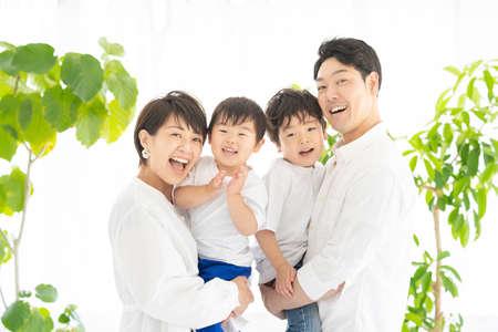Photo pour Family taking a commemorative photo with a smile - image libre de droit