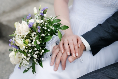 Foto für Bride and groom's hands with wedding rings and bouquet of flowers - Lizenzfreies Bild