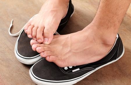 Foto de Man scratching his athlete s foot - Imagen libre de derechos