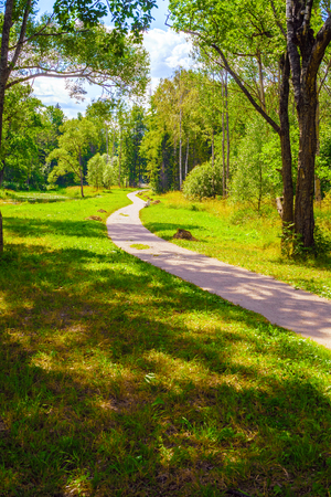 Photo pour Winding alley in the Park in summer on a Sunny day - image libre de droit