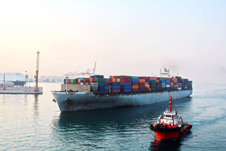 Photo pour Various types of vessels calling at the port and moored at the berth. Tugs in the port. Jeddah Port, Saudi Arabia. December, 2018 - image libre de droit