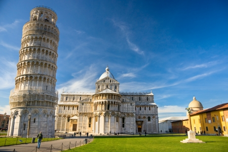 Photo pour Pisa, Piazza dei miracoli, with the Basilica and the leaning tower  Shot with polarizer filter  - image libre de droit