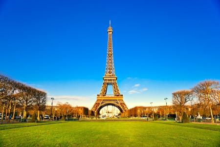 Photo pour View of the Eiffel tower at sunrise, Paris. - image libre de droit