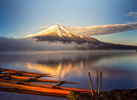 Photo pour Mount Fuji reflected in Lake Yamanaka at dawn, Japan. - image libre de droit