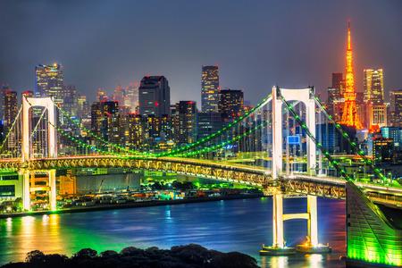 Photo pour Tokyo skyline with Tokyo tower and rainbow bridge. Tokyo, Japan. - image libre de droit