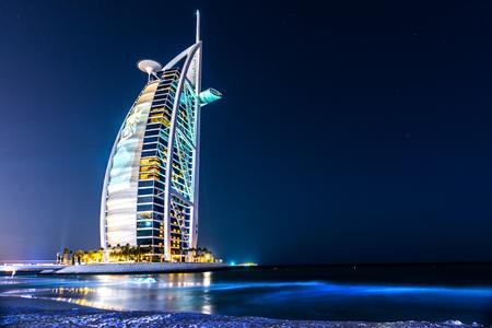Photo pour DUBAI, UAE - JANUARY 20: Burj Al Arab hotel on January 20, 2011 in Dubai, UAE. Burj Al Arab is a luxury 5 star hotel built on an artificial island in front of Jumeirah beach - image libre de droit