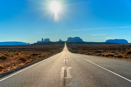 Photo pour Iconic view of a typical American road on the way to Monument Valley Navajo Tribal Park, Utah / Arizona, USA. - image libre de droit