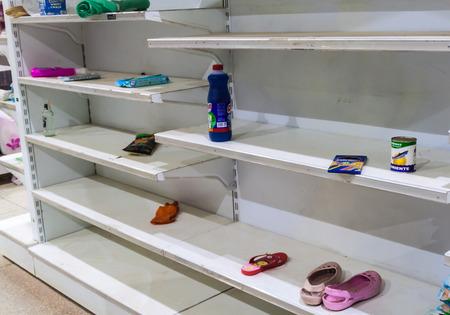 Foto für SANTA ELENA DE UAIREN, VENEZUELA - AUGUST 12, 2015: Empty shelves in a supermarket. Shortages of basic supplies are common in Venezuela. - Lizenzfreies Bild