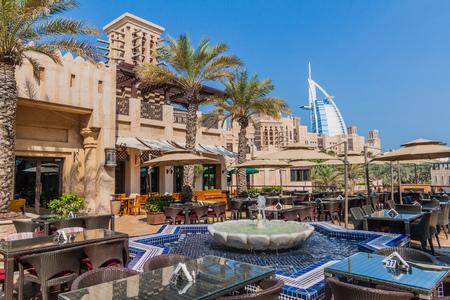 Photo pour DUBAI, UAE - OCTOBER 21, 2016: Cafe at Madinat Jumeirah souq in Dubai, United Arab Emirates - image libre de droit