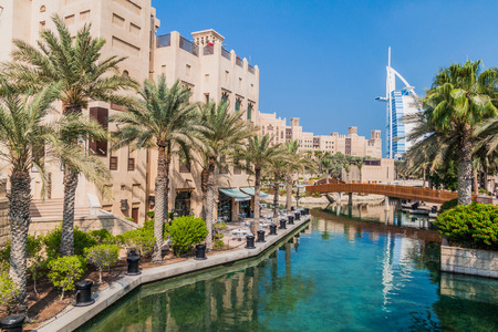 Photo pour Burj Al Arab (Tower of the Arabs) seen from Madinat Jumeirah in Dubai, United Arab Emirates - image libre de droit