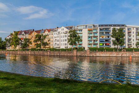 Photo pour River Spree and Bonhoefferufer street buildings in Berlin, Germany - image libre de droit