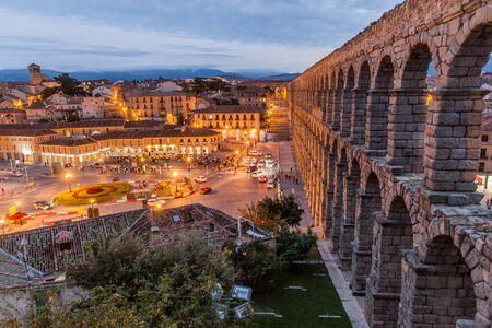 Foto de SEGOVIA, SPAIN - OCTOBER 20, 2017: View of the Roman Aqueduct in Segovia, Spain - Imagen libre de derechos