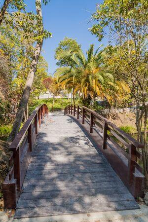 Photo pour Foot bridge at Parque Infante Dom Pedro park in Aveiro, Portugal - image libre de droit