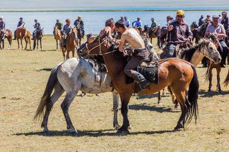 Photo pour SONG KOL, KYRGYZSTAN - JULY 25, 2018: Horseback wrestling at the National Horse Games Festival at the shores of Son Kol Lake - image libre de droit