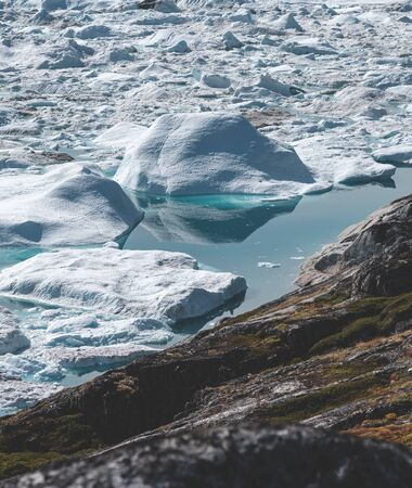 Photo pour View towards Icefjord in Ilulissat. Icebergs from Kangia glacier in Greenland swimming with blue water. Symbol of global warming. - image libre de droit
