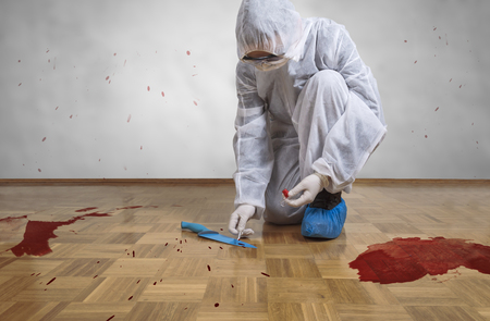 Photo pour Crime scene investigation, taking DNA sample from blood stain with cotton swab on murder crime scene. - image libre de droit