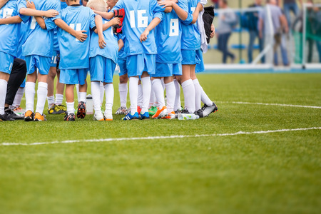 Photo pour Coach giving children's soccer team instructions. Youth soccer team before final game. Football match for children. shout team, football soccer game - image libre de droit
