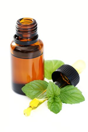 Photo pour bottle of peppermint oil and fresh mint isolated on white - image libre de droit