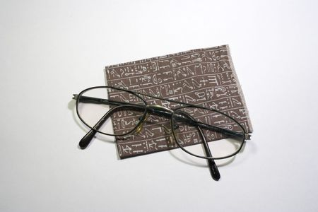 Eyeglasses with cleaning tissue