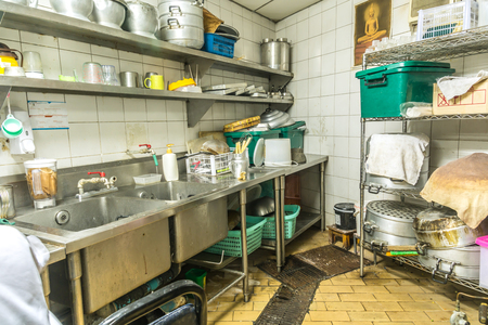 Photo pour irregularity cuisine setting, dirty kitchen - image libre de droit