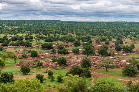 Photo pour Overlooking view of Nabou, a gurunsi village in Southwest Burkina Faso during the rainy season (july-september), West Africa. - image libre de droit