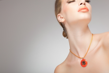 Photo pour beautiful woman wearing jewelry, very clean image with copy space - image libre de droit