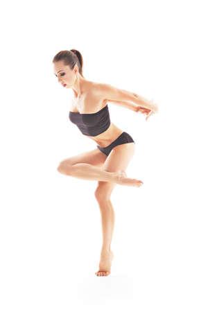 Photo pour young beautiful baliet dancer posing on a studio - image libre de droit