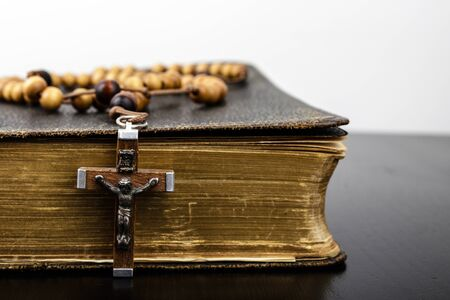 Photo pour Rosary beads and prayer book. Rosary and book of Catholic Church liturgy. - image libre de droit