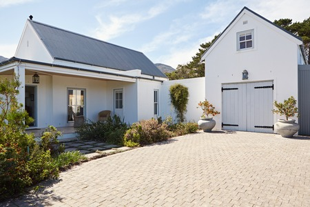 Photo pour Front exterior of a large country style home - image libre de droit