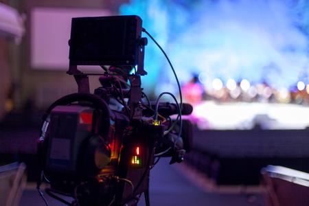 Photo pour Professional digital video camera. tv camera in a concert hal.  Digital TV camera - image libre de droit