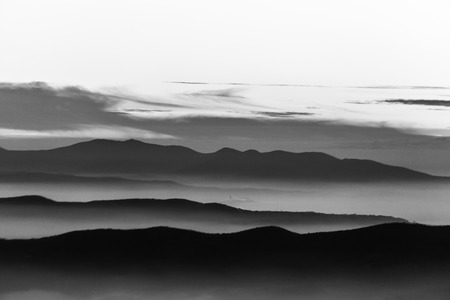 Photo pour Fog filling a valley in Umbria (Italy), with layers of mountains and hills - image libre de droit