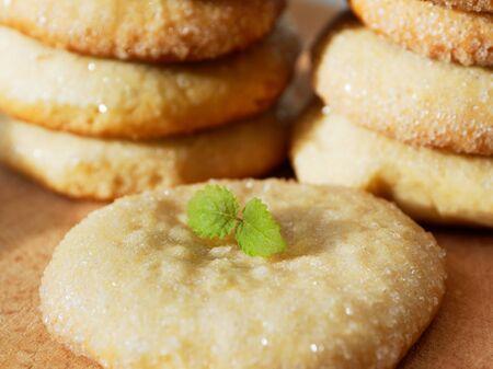 Photo pour Sugar cookies on a wooden background. Appetizing homemade cakes. - image libre de droit