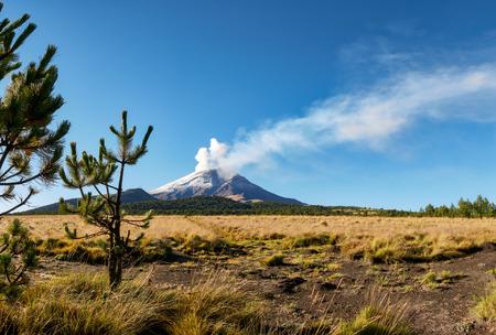 Foto de Fumarole comes out of Popocatepetl volcano seen from the Izta-Popo Zoquiapan National Park - Imagen libre de derechos