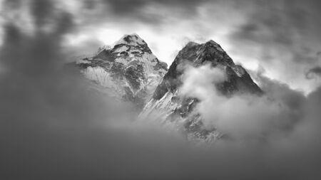 Photo pour Rocky mountains near village Dingboche, Himalaya, Nepal. - image libre de droit