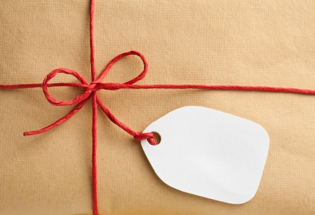 Photo pour Gift box with blank gift tag  - image libre de droit