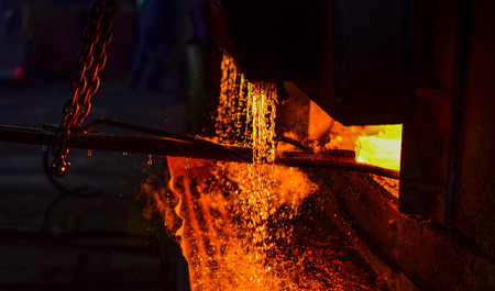 Photo pour Melting of metal in a steel plant. High temperature in the melting furnace. Metallurgical industry. Factory for the manufacture of metal pipes. High temperature in the melting furnace. - image libre de droit