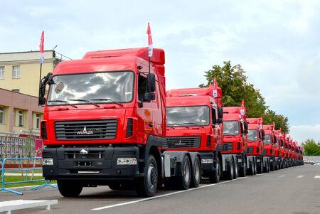 Photo pour MINSK, BELARUS - AUGUST 09, 2019: A column of new MAZ trucks manufactured by the Minsk Automobile Plant (MAZ) - image libre de droit