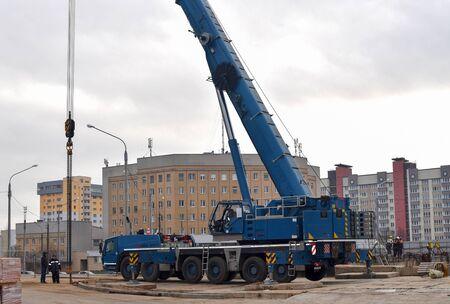 Photo pour 07.12.2019 Minsk, Belarus: The telescopic mobile crane Grove GMK 6300 L  at construction site. Auto crane during the unloading of cargo and building materials - image libre de droit
