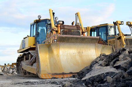 Foto de Track-type bulldozer, earth-moving equipment. Land clearing, grading, pool excavation, utility trenching, utility trenching and foundation digging during of large construction jobs. - Imagen libre de derechos