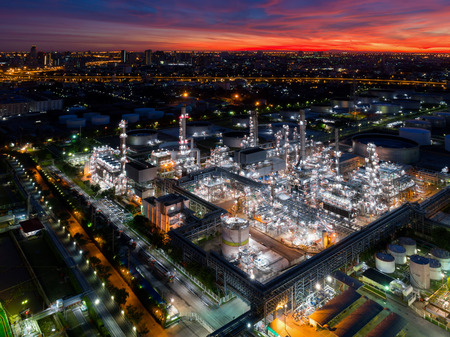 Foto de Aerial view of twilight of oil refinery ,Shot from drone of Oil refinery and Petrochemical plant at dusk , Bangkok, Thailand - Imagen libre de derechos