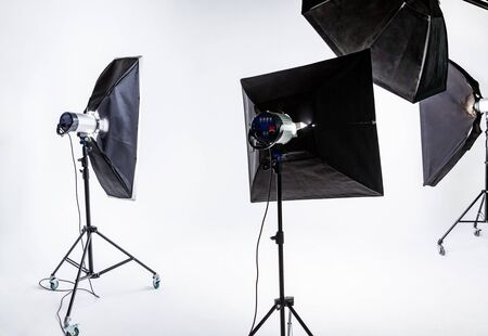 Photo pour Large photostudio with lighting equipment on background of white cyclorama - image libre de droit