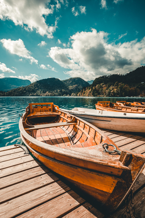 Foto de Traditional Pletna boat on the lake. In the background is the famous old church - Imagen libre de derechos