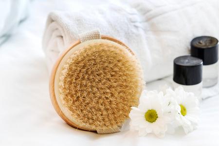 Photo pour spa and beauty threatment products with white towel - image libre de droit