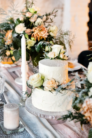 Foto per wedding table with cake - Immagine Royalty Free