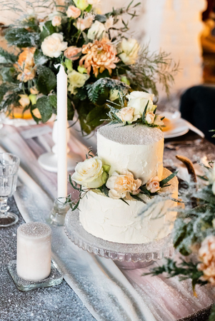 Foto de wedding table with cake - Imagen libre de derechos