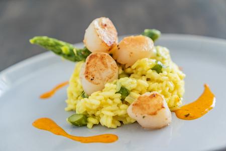 Photo pour risotto with scallops - image libre de droit