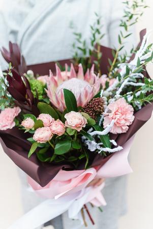 Foto de Nice bouquet in the hands - Imagen libre de derechos