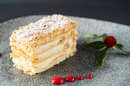 Photo pour Napoleon cake with vanilla cream - image libre de droit
